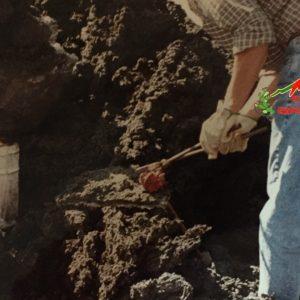 Realizzazione di paracenere di lava accanto una colata